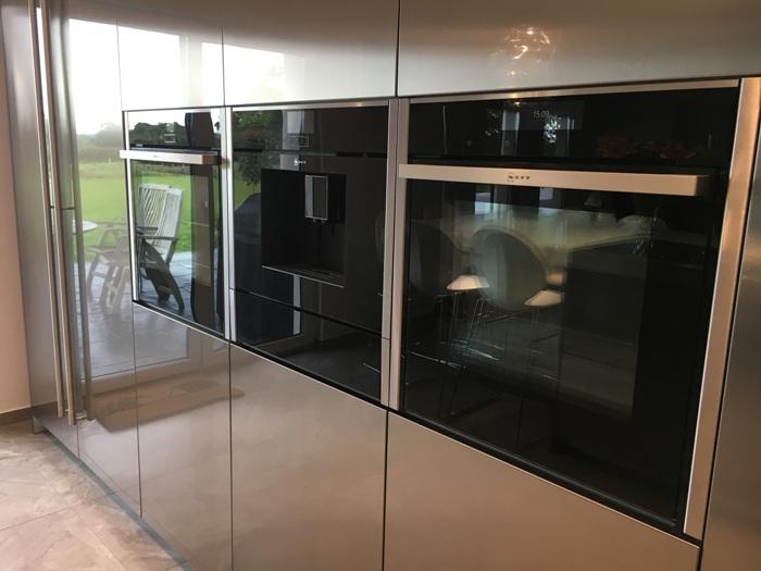 Bij deze Snaidero keuken is het apparatenblok symmetrisch ingebouwd.