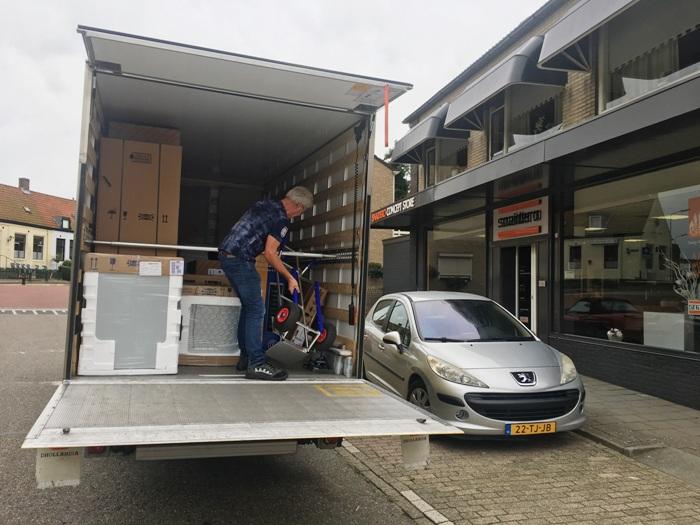De keuken wordt bezorgd bij de klant. De transporteur haalt de keuken op in Arnemuiden.