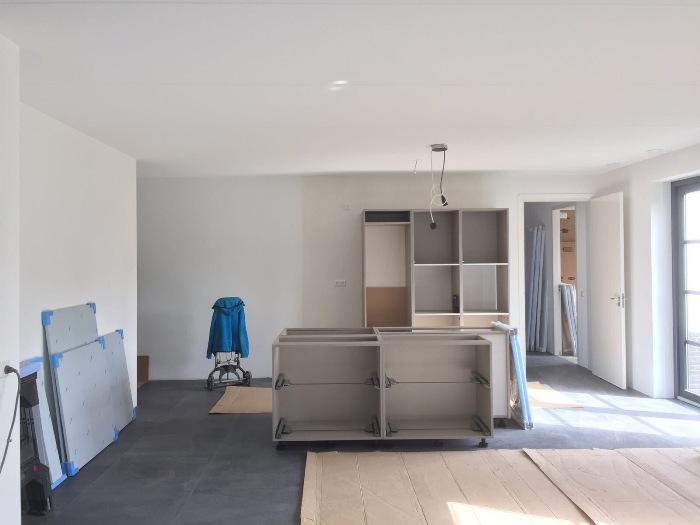 De nieuwe keuken wordt gemonteerd bij de klant thuis in Middelburg.