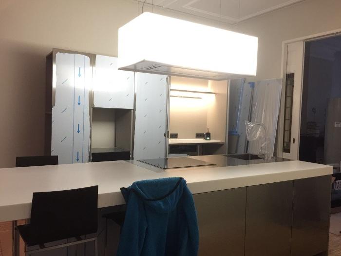 De keuken wordt opgebouwd op locatie door monteur Niklas.